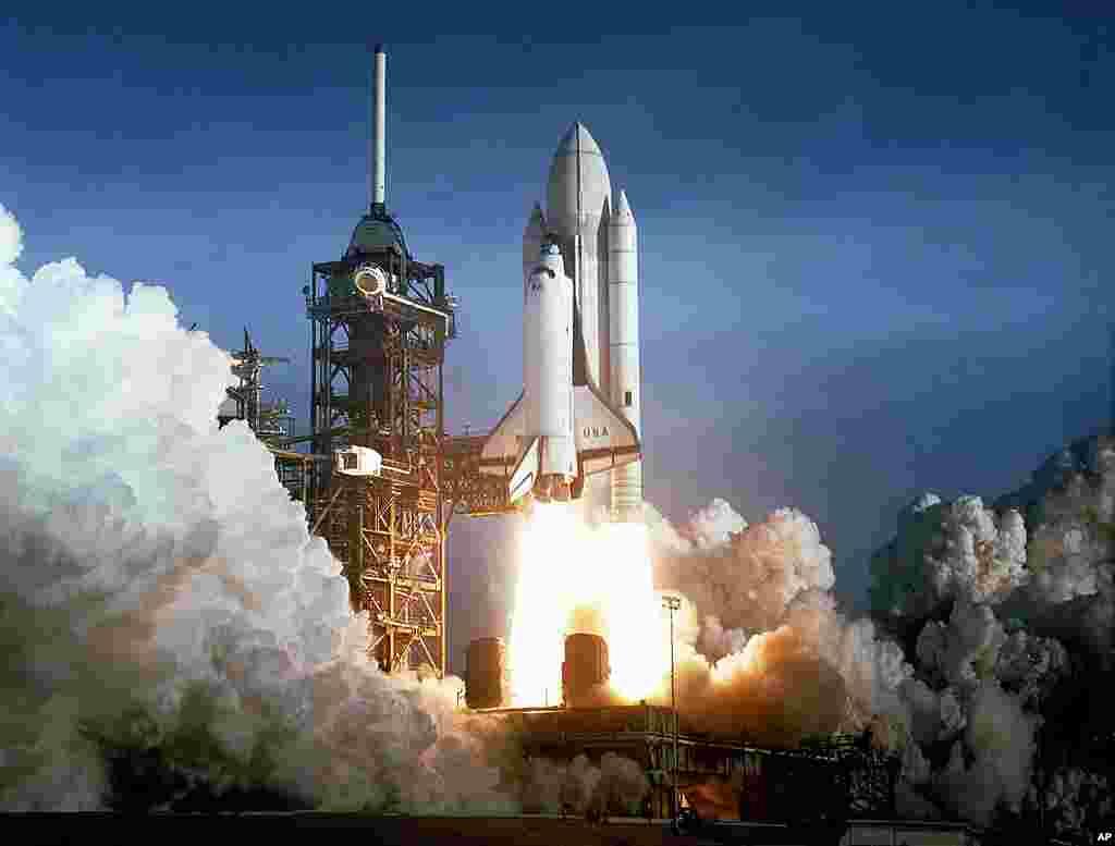 """1981年4月12日: """"哥伦比亚号""""航天飞机携带两名宇航员进入地球轨道,执行54小时的飞行计划。"""