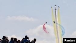 人们在广东珠江举行的中国国际航天航空博览会上观看中国空军八一飞行表演队的J-10战机飞行表演。(2018年11月6日)