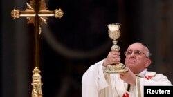 Đức Giáo hoàng Phanxicô cử hành Thánh lễ Phục sinh trong lúc hàng vạn tín đồ tụ tập ở Quảng trường Thánh Phê rô.