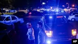美国路易斯安那州拉斐特镇一家电影院星期四晚发生枪击案后,紧急救援人员赶至现场。