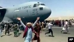 جب امریکی طیارے نے اڑان بھرنے کے لیے رن وے پر چلنا شروع کیا تو سینکڑوں افراد اس کے ساتھ ساتھ بھاگنے لگے اور کئی اس کے ساتھ لٹک گئے۔ 16 اگست 2021