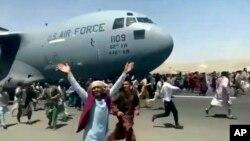 Quang cảnh hỗn loạn của Afghanistan tại phi trường Quốc Tế Kabul.