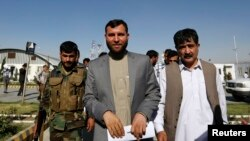 Bí thư Ủy ban Bầu cử độc lập Ziaul Haq Amarkhel (giữa) rời khỏi một cuộc họp báo ở Kabul, Afghanistan, 23/6/14