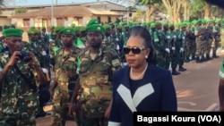 Presiden Transisi Republik Afrika Tengah, Catherine Samba-Panza saat memberikan penghormatan kepada pasukan Uni Afrika di Mpoko, Bangui, Republik Afrika Tengah, 13 September 2014 (Foto: dok).