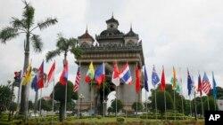 ທຸງຊາດຂອງ 10 ປະເທດ ສະມາຊິກສະມາຄົມປະຊາຊາດ ແຫ່ງເອເຊຍຕາເວັນອອກສຽງໃຕ້ ຫຼື ASEAN ແລະ ຄູ່ຮ່ວມ ເຈລະຈາຂອງພວກເຂົາເຈົ້າ ຕິດຕັ້ງອ້ອມປະຕູໄຊ ໃນຕົວເມືອງ ນະຄອນຫຼວງວຽງຈັນ, ລາວ. 5 ກັນຍາ, 2016.