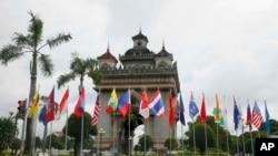 Les drapeaux des dix membres de l'ASEAN (Association of Southeast Asian Nations) au centre-ville de Vientiane, Laos, le 5 setembre 2016.