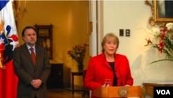 """La presidenta Michelle Bachelet acudió al funeral de Jara y dijo que finalmente, el cantautor puede """"descansar en paz""""."""