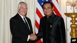 Menlu AS Rex Tillerson (kiri) berjabat tangan dengan PM Thailand Prayut Chan-ocha dalam pertemuan di Bangkok, Selasa (8/8).