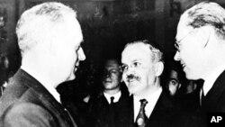 Министр иностранных дел Германии Иоахим Риббентроп и министр иностранных дел СССР Вячеслав Молотов на приеме в отеле Кайзерхоф. Берлин, 12 ноября 1940 г.