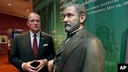 مارک کینم، رئیس دانشگاه ایالتی می سی سی پی در کنار مجسمه پرزیدنت یولیسیز گرنت، در «کتابخانه ریاست جمهوری یولیسیز گرنت».
