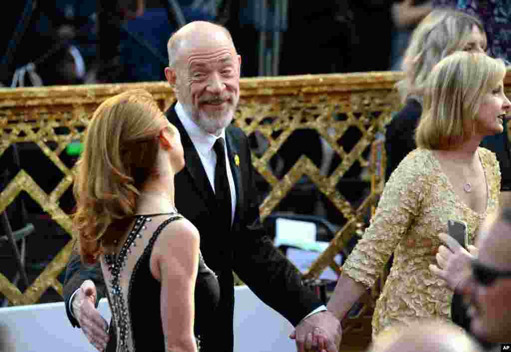 J. K. Simmons, kiri, dan Michelle Schumacher tiba di Oscars pada 28 Februari 2016, di Dolby Theatre, Los Angeles.