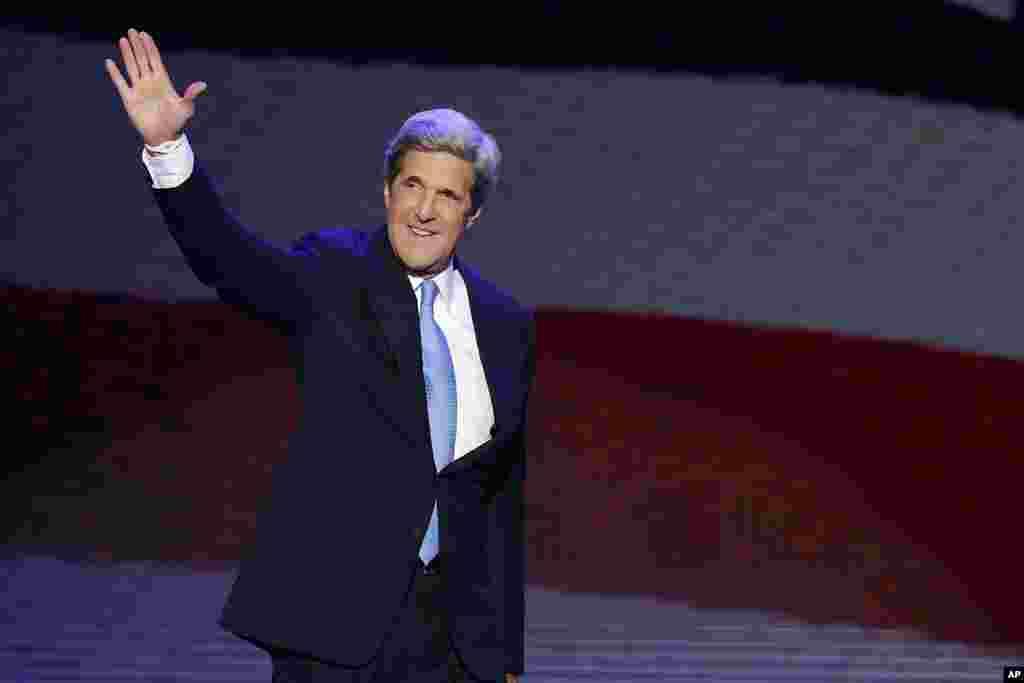 Thượng nghị sĩ Kerry vẫy chào đám đông khi bước lên khán đài nói chuyện trước Đại hội Toàn quốc của đảng Dân chủ tại Charlotte, North Carolina, 6/9/ 2012. (AP Photo/J. Scott Applewhite)