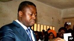 Le président sortant du Togo Faure Gnassingbé déposant son bulletin dans l'urne lors de l'élection du 25 juillet 2013.