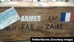 Une caisse d'armes symboliquement renvoyée à son expéditeur par Survie, devant l'ancien ministère français de la Défense à Paris, 5 avril 2018. (Twitter/Survie)