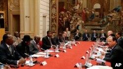 Tổng thống Pháp François Hollande (phải) hội đàm cùng các nhà lãnh đạo châu Phi tại Hội Nghị về An ninh ở Nigeria tại Paris, ngày 17 tháng 4, 2014.