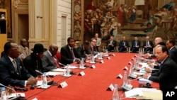 法國總統奧朗德(右)在巴黎與非洲國家領導人舉行會談