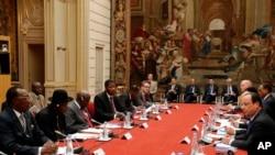 在巴黎爱丽舍宫举行的巴黎尼日利亚安全峰会上,法国总统奥朗德在发言