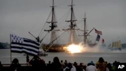El histórico barco L'Hermione entra a puerto en Yorktown, Virginia.