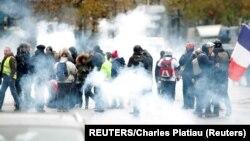 """Protest povodom obeležavanja godišnjice """"žutih prsluka"""" u Parizu (Foto: REUTERS/Charles Platiau)"""