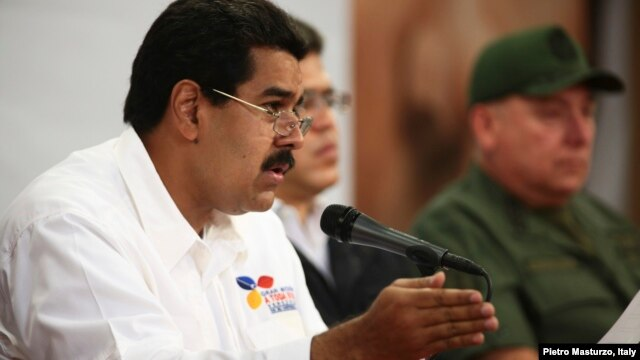 Venezuela's Vice President Nicolas Maduro (L) speaks during a meeting with political and military leader at Miraflores Palace in Caracas, March 5, 2013 in this photo provided by Miraflores Palace.