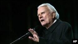 """Billy Graham ki tap preche nan youn nan """"Kwazad Billy Graham yo"""" nan Stad Rose Bowl nan vil Pasadena, nan sware jedi 18 novanm 2004. (Foto: AP Photo/Danny Moloshok)."""