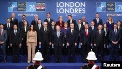 Los líderes de la OTAN posan en la cumbre de la alianza en Watford, cerca de Londres, el miércoles, 4 de diciembre de 2019.
