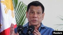 菲律賓新任總統杜特爾特10月16日外訪前在機場發表講話。