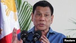 Tổng thống Philippines Rodrigo Duterte phát biểu trong một cuộc họp báo tại Sân bay Quốc tế Davao trước chuyến thăm Brunei, ngày 16 tháng 10 năm 2016.