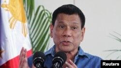 Presiden Filipina Rodrigo Duterte memberikan keterangan kepada wartawan di Kota Davao, Filipina sebelum bertolak ke Brunei (16/10).