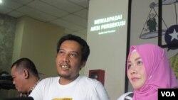 Jumpa pers di kantor YLBHI di Jakarta, Kamis (1/6), dokter Fiera Lovita (kanan), korban persekusi menceritakan peristiwa yang dialami karena statusnya di Facebook. (VOA/Fathiyah)