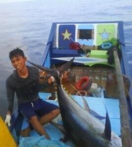 Pemuda Teupin Pukat Pidie Jaya, Irwan M Yusuf, dengan tuna tangkapannya seberat lebih dari 70 kilogram.
