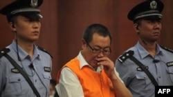 """Yang Dacai (tengah), pejabat China yang dijuluki """"Brother Watch"""" karena gemar jam tangan mahal, dalam sebuah sidang korupsi. (Foto: Dok)"""