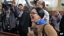 Una partidaria de Hosni Mubarak reacciona en la corte al veredicto sobre un nuevo juicio.