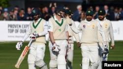 پاکستان کے سرفراز احمد کیون اوبرائن کو کامیاب اننگ پر مبارک باد دے رہے ہیں۔