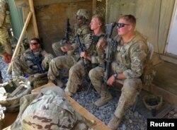 지난 8월 아프가니스탄 바르다크 주의 미군 기지에 미군들이 앉아있다.