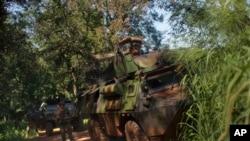 Des soladts de la force française Sangaris prennent positions et tirent des fusées d'alerte contre les éléments ex-Séléka à Bambari, République centrafricaine, 24 mai 2014.