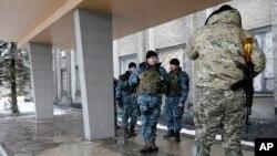 Pasukan Ukraina siaga di sebuah gedung di Debaltseve, Ukraina timur (foto: dok).