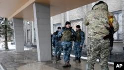 ພວກທະຫານຢູເຄຣນ ຢືນຢູ່ທາງນອກຕຶກ ສະພາປົກຄອງເມືອງ Debaltseve, ວັນທີ 31 ມັງກອນ 2015.
