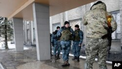 Ukrainian soldiers stand outside the city council building in the town of Debaltseve, Ukraine, Jan. 31, 2015.