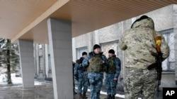 Binh sĩ Ukraine bên ngoài tòa nhà hội đồng thành phố tại thị trấn Debaltseve, Ukraine, ngày 31/1/2015.