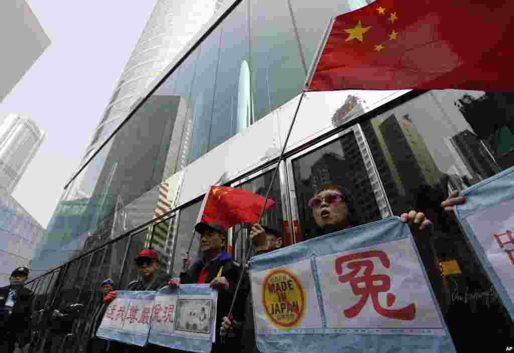 홍콩의 반일 시위대가 아베 신조 일본 총리의 신차참배에 항의하며 일본 상품 불매 운동을 펼치고 있다.