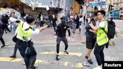 11일 홍콩 도심에서 경찰이 반정부 시위대 참가자를 향해 총을 겨누고 있다.
