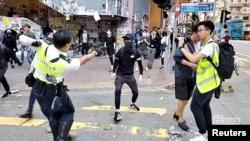 سوشل میڈیا پر آنے والی ویڈیو کے اس سکرین شاٹ میں ایک پولیس اہلکار کو مظاہرے میں شامل ایک شخص پر گولی چلاتے ہوئے دیکھا جا سکتا ہے۔ 11 نومبر 2019