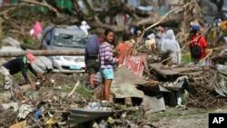 Warga Filipina di kota Tacloban, Filipina tengah yang paling parah dilanda topan Haiyan (foto: dok).