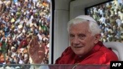 Ðức Giáo Hoàng Benedict XVI vẫy chào đám đông hơn 30.000 tín đồ tại một sân vận động ở Cotonou, Benin, ngày 20/11/2011