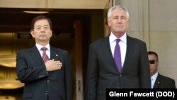 23일 미국 국방부 건물에서 척 헤이글 국방장관(오른쪽)과 한국의 한민구 국방장관이 회담에 앞서 양국 국가가 연주되고 있다.
