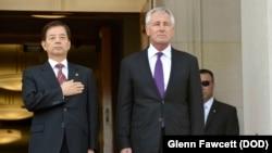 AQSh Mudofaa vaziri Chak Xeygl (o'ngda) koreyalik hamkasbi Xan Min Ku bilan Pentagonda muloqot olib bordi.