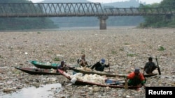 Pengumpul sampah di Citarum, sungai terbesar di Jawa Barat yang merupakan sumber utama air untuk penduduk di banyak kota, termasuk Jakarta dan Bandung. (Foto: Dok)
