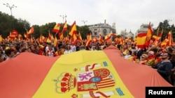 ក្រុមបាតុករគ្រវីទង់ជាតិអេស្ប៉ាញនិងស្រែកនៅមុខសាលាក្រុងក្នុងពេលធ្វើបាតុកម្មគាំទ្រអេស្ប៉ាញតែមួយ នៅមុនពេលការធ្វើប្រជាមតិទាមទារឯករាជ្យរបស់តំបន់ Catalonia កាលពីថ្ងៃទី១ ខែតុលា នៅទីក្រុងម៉ាឌ្រីដ។