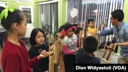 Siswa kelas angklung di House of Learning, Philadelphia.
